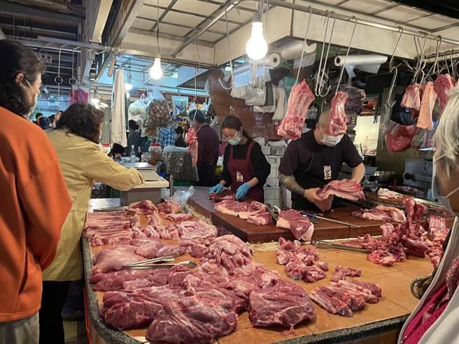 萊豬元旦起開放進口,國民黨立委葉毓蘭實際到市場考察,豬肉已從原本1斤130元漲到160元。(資料照/吳康瑋攝)