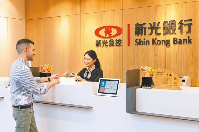 為響應政府「2030雙語國家政策發展藍圖」,新光銀行選定台北101的世貿分行做為首間雙語示範分行。圖/新光銀行提供