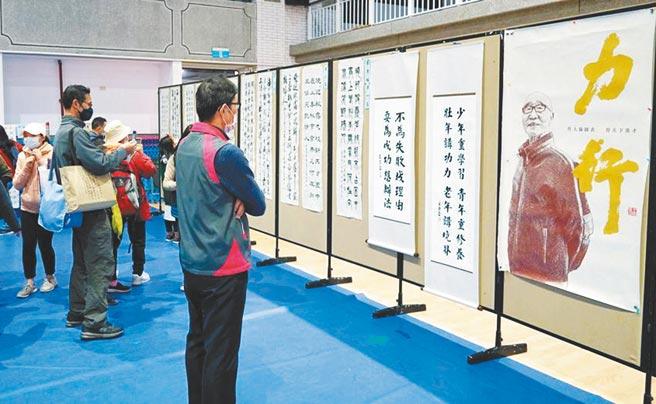 「2020廣亞盃全國書法比賽」參賽獲獎作品於現場展出。圖/育達科大提供
