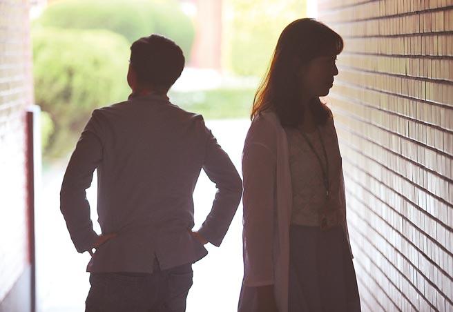 「民法第1030條之1修正草案」昨三讀,對未來夫妻離婚財產分配爭議,法院得視雙方家庭貢獻等因素,調整分配或免除分配額。(本報資料照片)