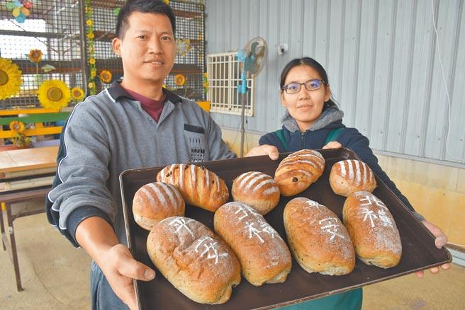 南庄青農陳裕夫夫婦特別手作北橫公路通車紀念麵包,上面寫有「北橫」、「平安」字樣來祈求通車平安。(謝明俊攝)