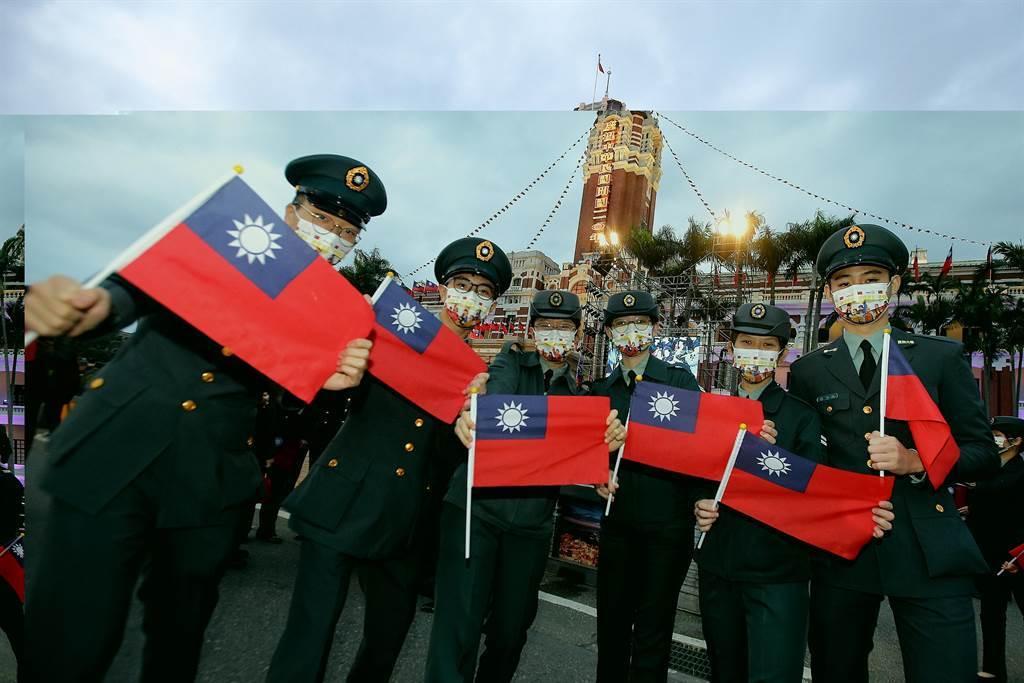 軍人手持國旗。(杜宜諳攝)