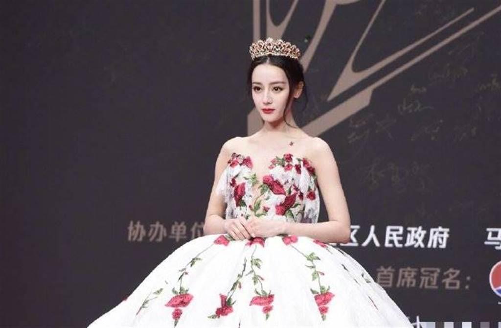 迪丽热巴以一袭玫瑰刺绣蓬裙礼服绝美亮相,她整个人就像童话公主。(图/取材自新浪娱乐微博)