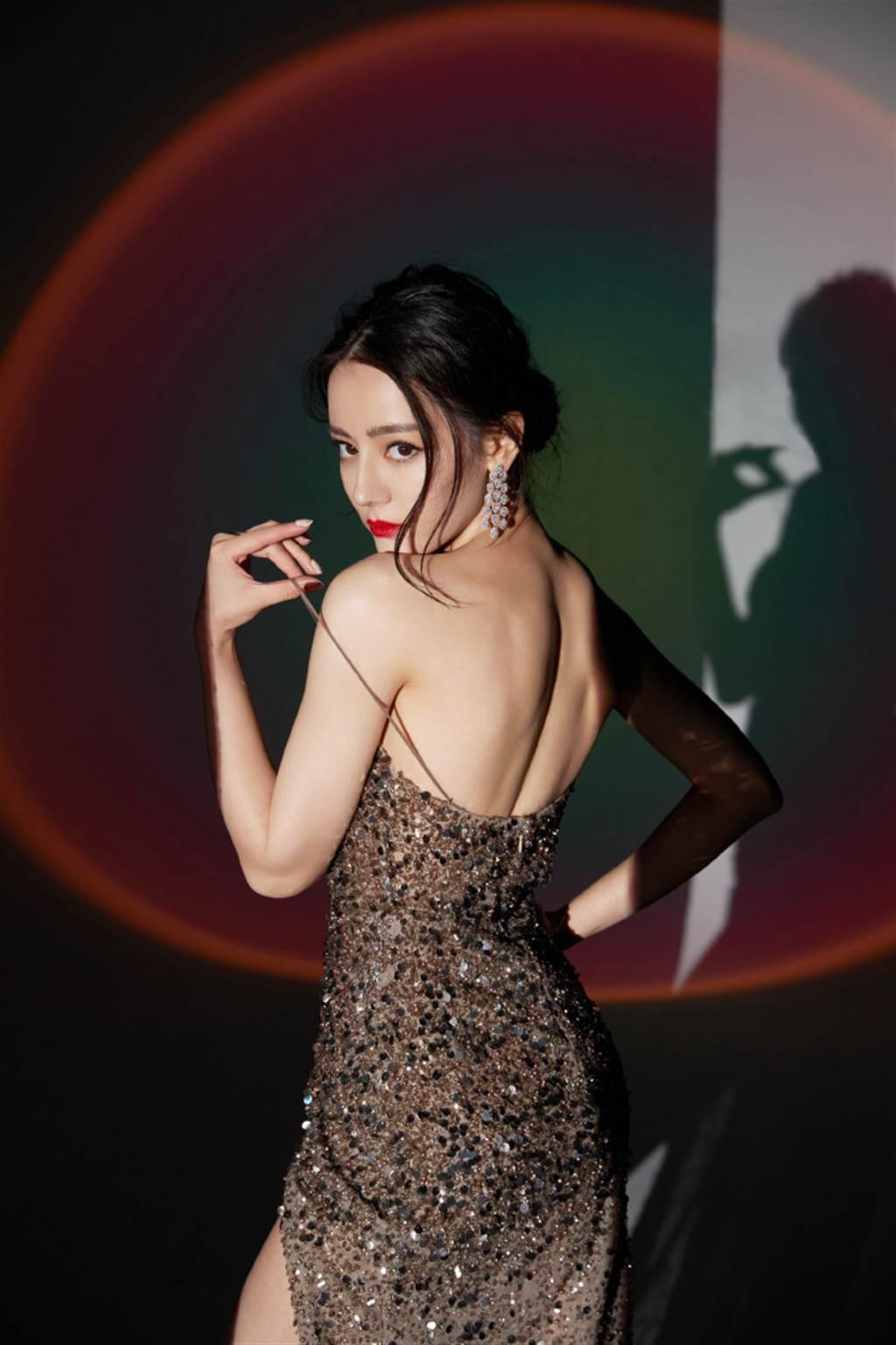 迪丽热巴性感拉肩带、晒美背,性感爆表。(图/取材自嘉行迪丽热巴工作室微博)