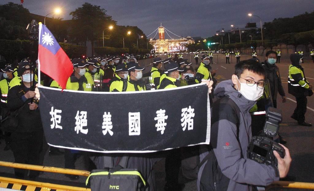 民間反瘦肉精毒豬聯盟1日舉辦元旦升旗活動,有成員在凱道高舉標語抗議。(圖/本報系資料照)