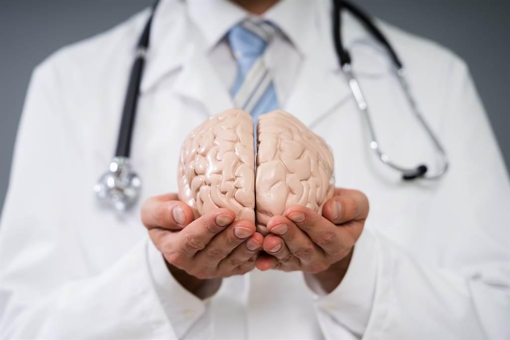 神經膠質細胞瘤很難早期發現,症狀依腫瘤長在腦的位置而有不同表現,例如記憶變差、視力惡化等都可能是罹病徵兆,唯一能注意的是若短時間內身體某個功能急速衰退,且查不出病因,就要追查腦瘤的可能性。(圖/示意圖,達志影像)