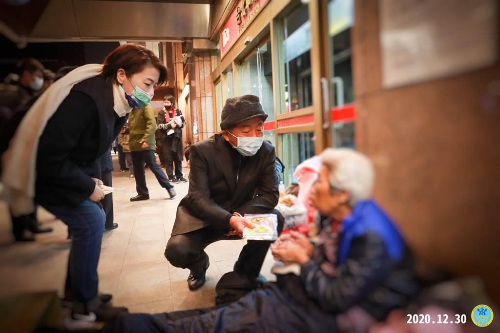陳時中指(左1)日前與黃珊珊(左2)一同探視北車遊民。(圖/翻攝自 衛福部 臉書)