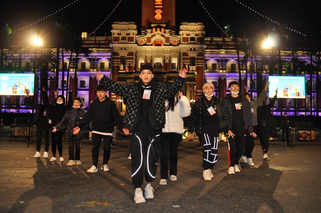 醒吾科大表藝系同學凌晨四點,在總統府前廣場最後排演。(醒吾科大提供)
