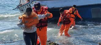 墾丁半潛艇觀光船擱淺 求助海巡救援遊客驚魂