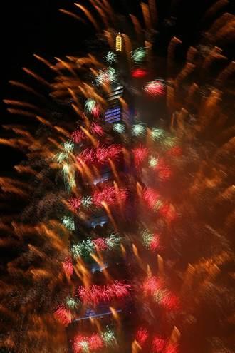新年快樂!101煙火璀璨升空 北市「首創輪狀煙火」陪民眾跨年