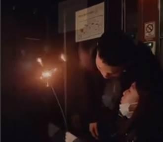KTV包厢仙女棒火花狂甩 超魔性笑声喊「新年快乐」 网怒:不怕死吗