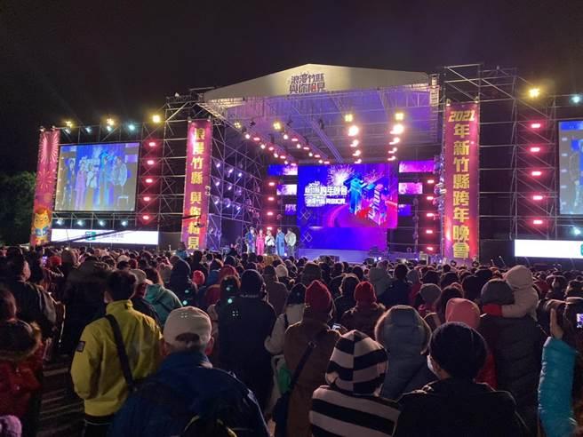 新竹縣睽違6年舉辦跨年晚會,現場湧入上萬人次。(莊旻靜攝)