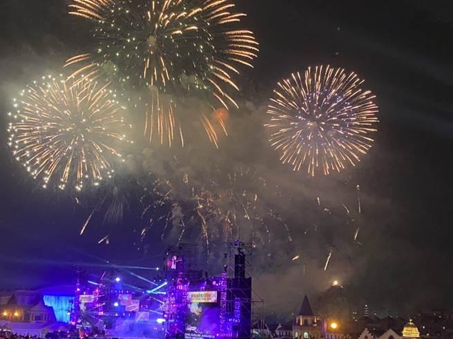 義大世界10分10秒跨年煙火秀,帶給民眾視覺驚喜,樂迎2021嶄新的一年。(林雅惠攝)