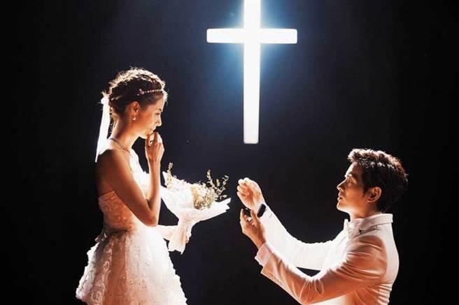 在《戒指流浪記》中,宥勝坐捷運時搞丟戒指,打亂向林予晞求婚的計畫。(圖/HBO Asia提供)