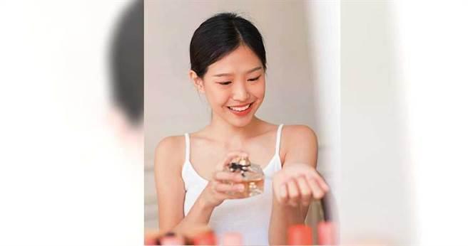 許多人會噴灑香水企圖掩藏老人臭,但氣味混雜之後反而聞起來更刺鼻。(圖/123RF)