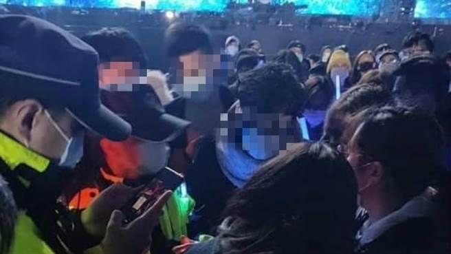 五月天跨年演唱會出現數名自主健康管理者,讓不少歌迷、網友憤怒。(圖/翻攝自臉書社團)