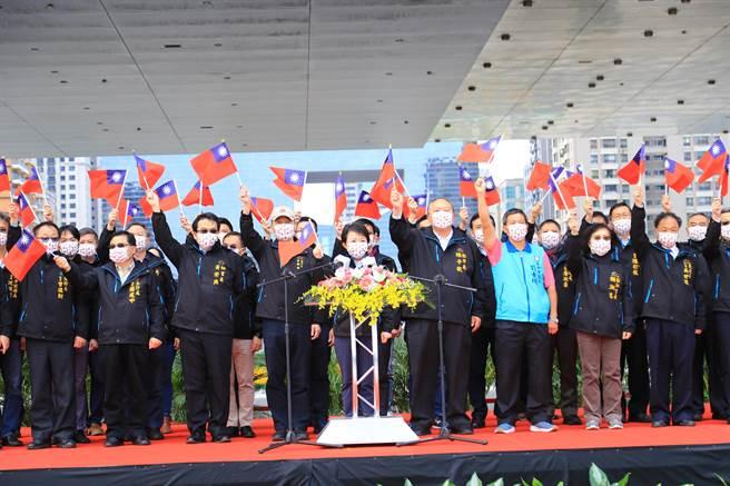 台中市長盧秀燕表示,因應防疫,今天元旦升旗典禮用直播的方式,向市民朋友們拜年,祝福大家新年快樂,祝福新的一年國泰民安、我們城市安全市民健康。(盧金足攝)