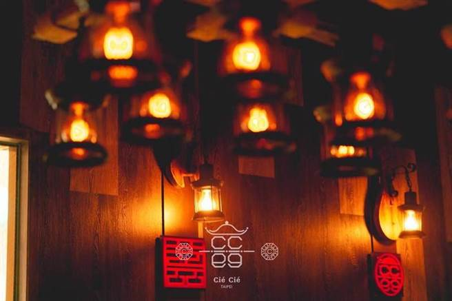 沉浸在老港片的氛圍 坐等排隊美食 「双喜 Cié Cié Taipei」(圖/BEEN蜂報提供)