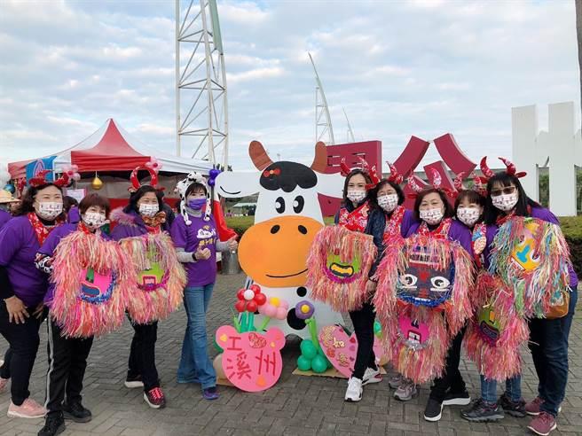 今年溪州鄉公所舉辦元旦升旗親子健走,大小朋友都裝扮成乳牛模樣,相當可愛。(吳建輝攝)
