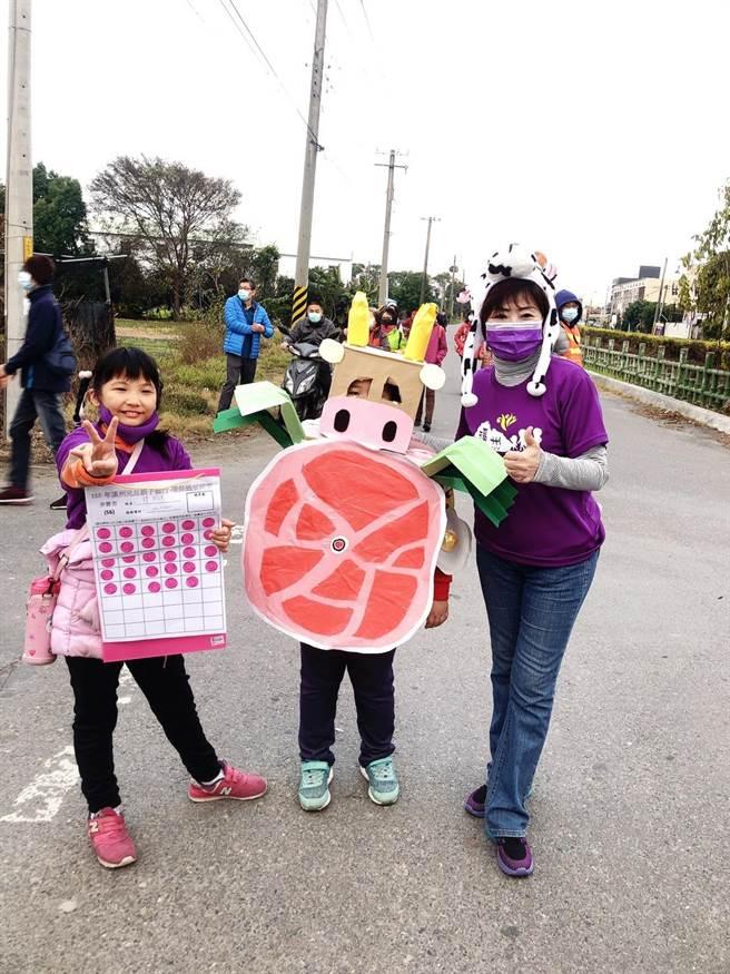 溪州鄉長江淑芬(右),也裝戴上乳牛帽,與民眾開心健走。(吳建輝攝)