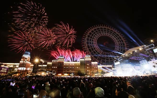 「台中麗寶跨年雙演唱會」跨年晚會,以璀璨的煙火,迎接2021年的到來。(黃國峰攝)