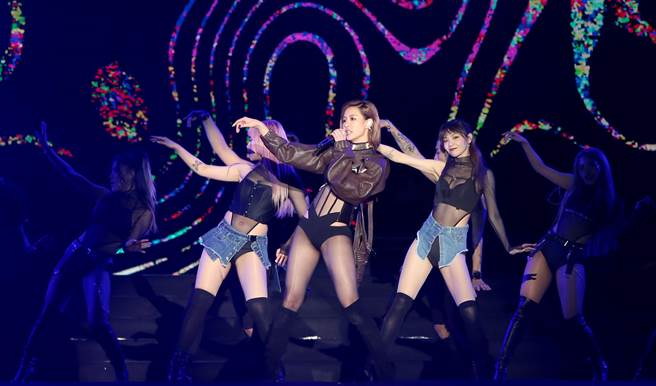 「台中麗寶跨年雙演唱會」跨年晚會,性感女神安心亞,以火辣裝扮,迎接新年的到來。(黃國峰攝)