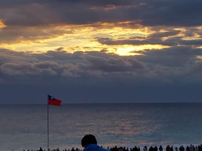 太麻里的第1道曙光預計在早晨6點36分出現,可惜的是天公不作美,雲層太厚看不到曙光,直到7點5分,轉眼間便出現完整的太陽。(大武分局提供/蔡旻妤台東傳真)