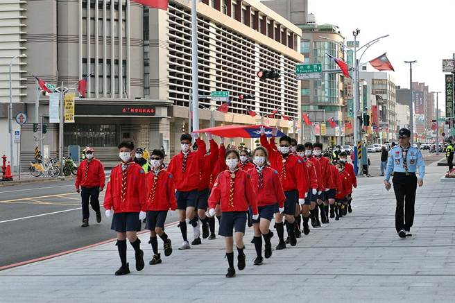 嘉義市今元旦升旗縮小規模,取消民眾進場與健行活動,由童軍團護旗進場。(呂妍庭攝)
