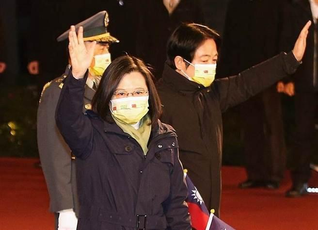 蔡英文總統(左)、副總統賴清德(右)在離開時向民眾揮手致意。(圖/杜宜諳攝)