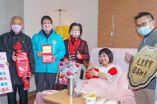 東元醫院生下元旦寶寶的楊懿愛(右二),縣長楊文科(左二)致贈禮物得知楊婦是生第3胎說「可以領5萬喲!」(羅浚濱攝)