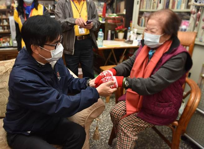 高雄市市長陳其邁昨日(2020年12月31日)專程前往探訪獨居長輩,親手為阿嬤們戴上手套、圍上圍巾,獲網友大讚「暖男」。(圖/取自陳其邁臉書)