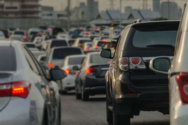 國道三號中寮隧道今(1)日2時許傳出5部車連環撞車禍,車流一度回堵10公里,目前已恢復正常。(示意圖/達志影像/Shutterstock提供)