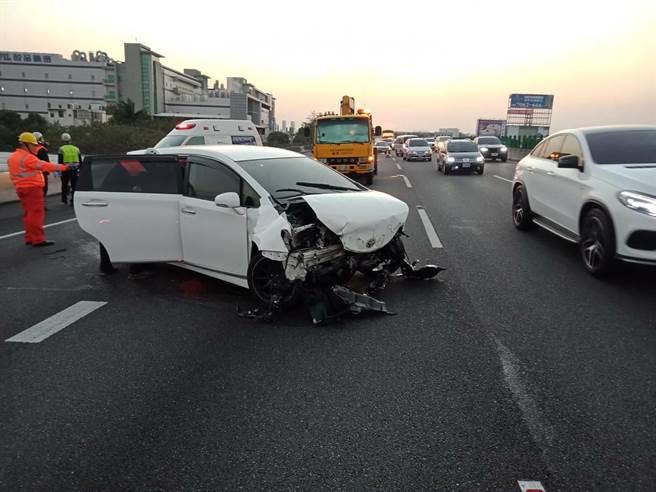 白色自小客車,沒有翻車,車頭明顯受到撞擊,但車門、玻璃等完好。(民眾提供/吳建輝彰化傳真)