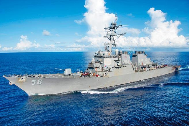 美國麥肯號和魏柏號2艘勃克級神盾驅逐艦,昨日凌晨以雙艦編隊穿航台灣海峽。圖為麥肯號2017年4月行經菲律賓海。(路透)