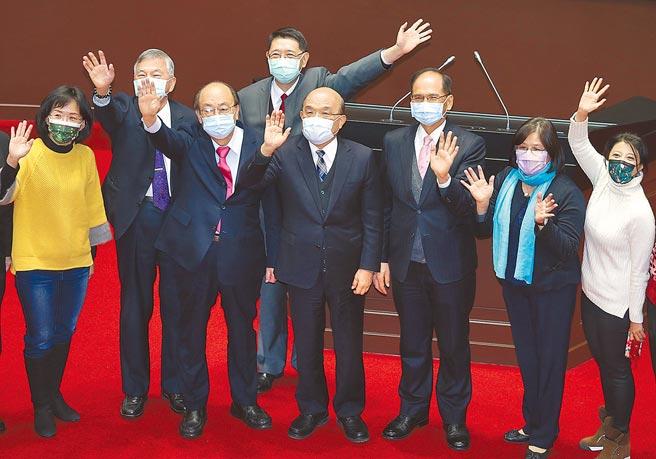 立法院昨日第2會期最後一天結束後,行政院長蘇貞昌(中)向立委表達感謝,並與立法院長游錫堃(右三)一同揮手致意。(姚志平攝)