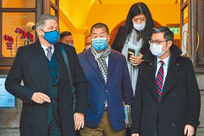 香港特區終審法院昨日審理律政司早前就黎智英(中)獲准保釋提出的上訴,終審法院法官聽取陳詞後於下午4時頒布裁決。(中新社)