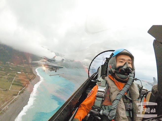 往年花蓮縣政府元旦升旗典禮,F-16戰機組成大雁隊形在日出時分衝場通過七星潭上空,今年因勤務繁忙取消。(軍聞社提供)