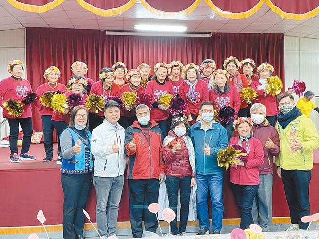 樹林區山佳社區發展協會長期關懷社區孤老,70歲以上長者昨日展現練習多月的舞蹈成果。(蔡雯如攝)