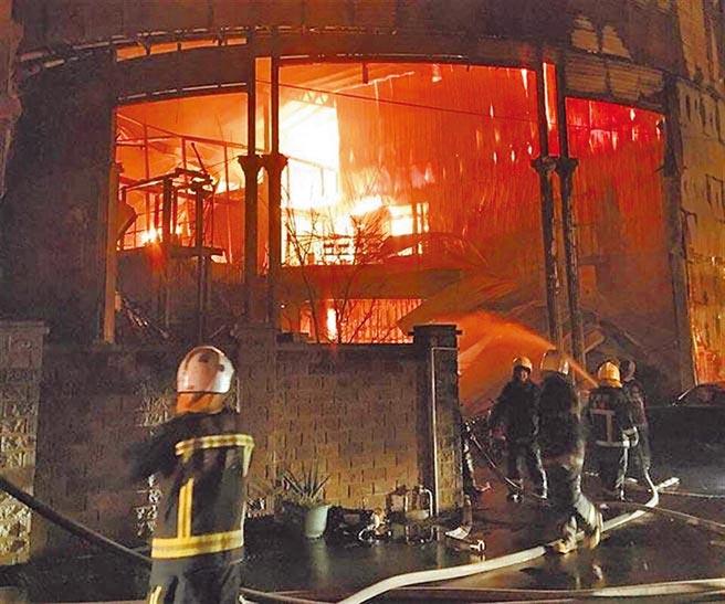 新屋保齡球館2015年大火,帶走6名勇消性命。(本報資料照片)