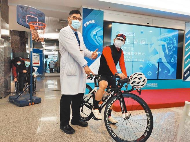 台中市48歲黃姓男患者(右)膝蓋軟骨破損,經「軟骨自體移植再生手術」後重拾騎車樂,還完成台北到高雄360公里單車之旅。(張妍溱攝)