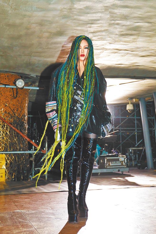 阿妹昨晚在台東辦跨年演唱會,一身勁裝造型吸睛。(聲動娛樂提供)
