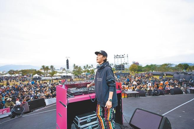 Sam昨午登台打碟,領軍DJ秀為女友阿妹跨年演唱會暖場。(聲動娛樂提供)