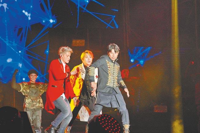 5566昨在「台中麗寶跨年雙演唱會」擔任開場嘉賓,獻唱新歌〈我們〉。(中天提供)