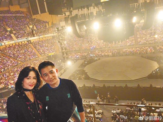 影帝后夫妻梁朝偉(右)、劉嘉玲一前一後登上跨年活動。(摘自微博)