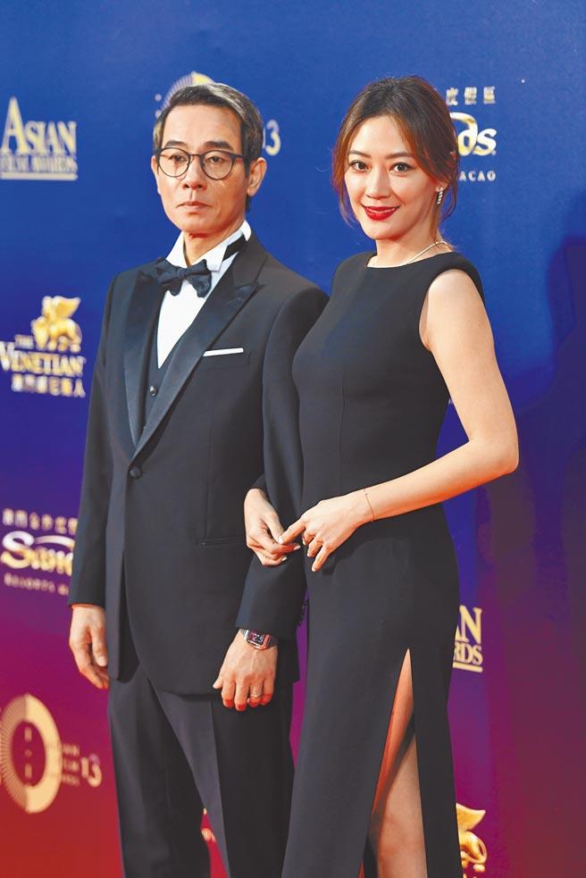 陳小春(左)和應采兒同框出席跨年晚會。(中新社)