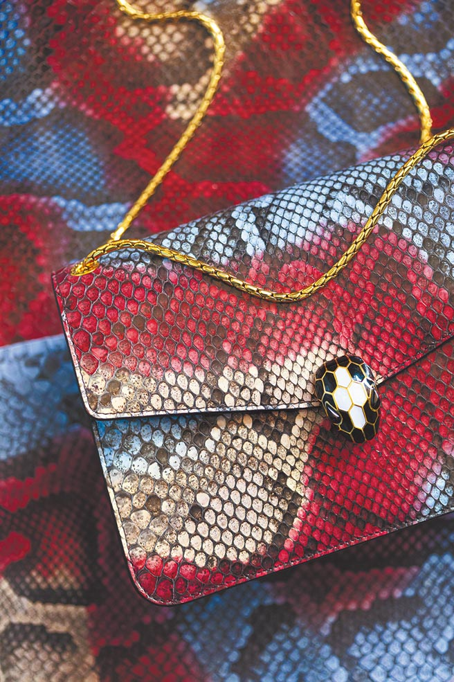 寶格麗Serpenti Forever手提包從皮料的挑選就十分講究。(BVLGARI提供)