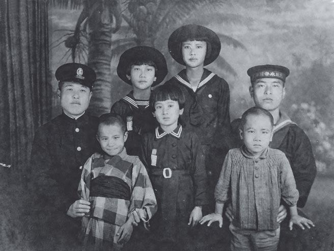 上個世紀30年代後期,日本軍艦頻繁停靠高雄港,民家會招待船上官兵,以示慰勞,並會相攜去寫真館照相留念。最右的水兵,穿水手服,戴水兵帽,帽沿有「大日本帝國海軍」七個字。圖中後排最高者為小說原型人物孫雪娥。前排正中的女孩為孫雪英,照片由其保存與提供。(麥田出版提供)