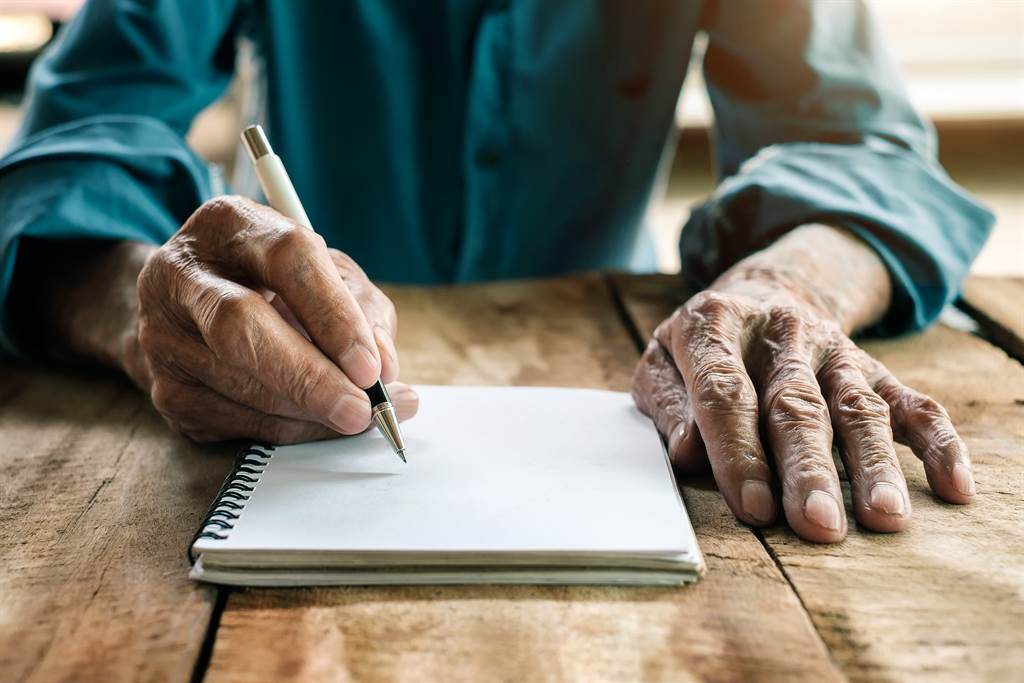 女網友在整理遺物時,意外在父親的筆記本中看見了對方祝福自己「生日快樂」的文字。(示意圖/達志影像)