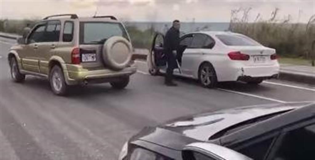 影片中白色轎車上的人怒氣沖沖拿出球棒朝另輛黑色轎車的車窗狂砸3下,接著朝擋風玻璃再砸5下,導致車窗碎裂成蜘蛛網狀。(圖/翻攝自臉書爆料公社)