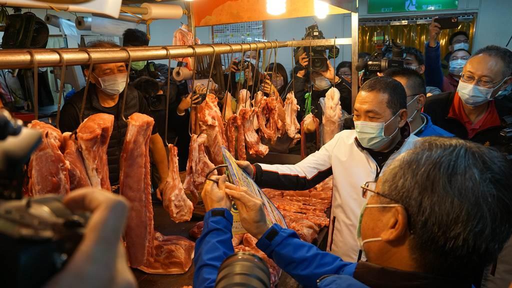 侯友宜日前前往泰山公有零售市場,視察攤商豬肉產品原產地標示情形。(資料照/許哲瑗攝)